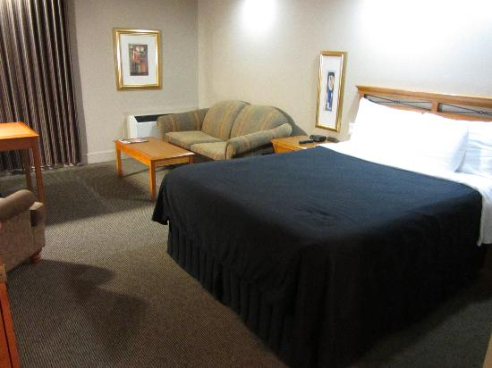 Executive Royal Hotel Calgary: Sofabed and queen bed