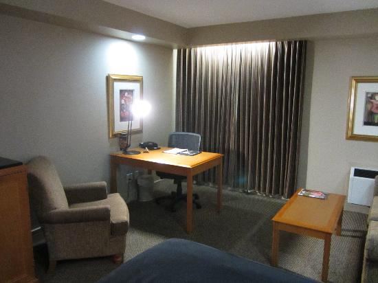 Executive Royal Hotel Calgary: Desk and sitting area