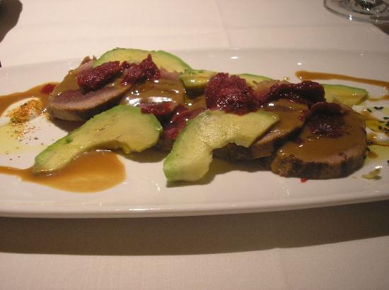 Aragonia Palafox: atún rojo templado con miso rojo, sake y aguacate,