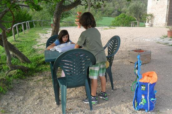 Il Romitorio di Monte Tezio: i compiti all'ombra dell'alberone