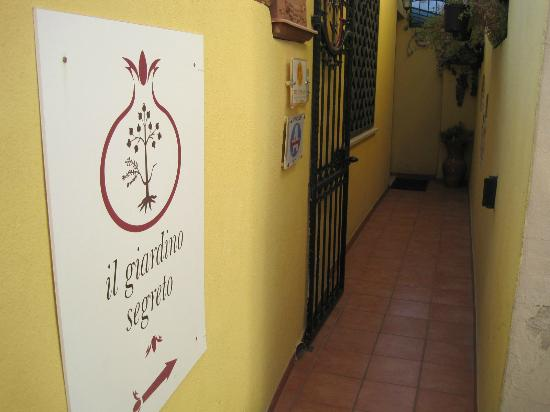 Il Giardino Segreto: Walkway to the guest house, off an alleyway on main road.
