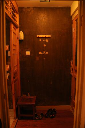 Happy Dragon Courtyard Hostel : left side is bathroom and right side is the room door