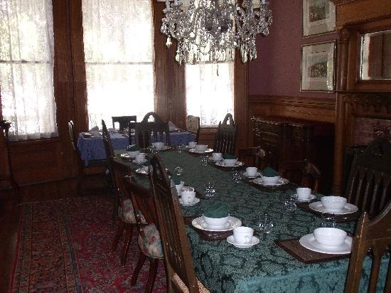 Chateau Tivoli Bed & Breakfast: Dining Area with free flow of tea/coffee
