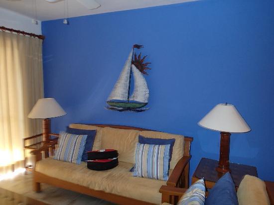 Nautibeach Condos: living room