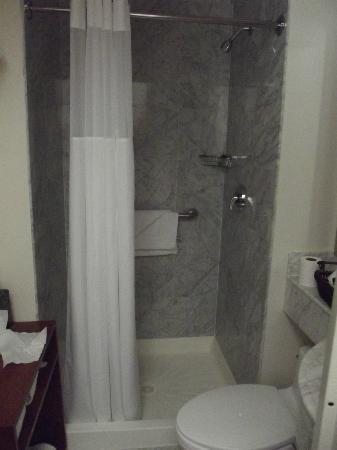 U Hotel Fifth Avenue: BATHROOM