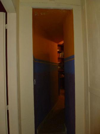 Antico Molino B&B: corridoio dalla camera al salottino