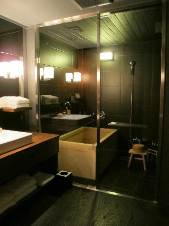 HOSHINOYA Kyoto: The bathroom