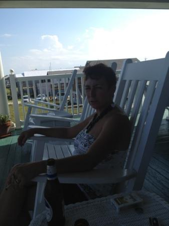 Elizabeth Pointe Lodge: Relaxing on the porch.