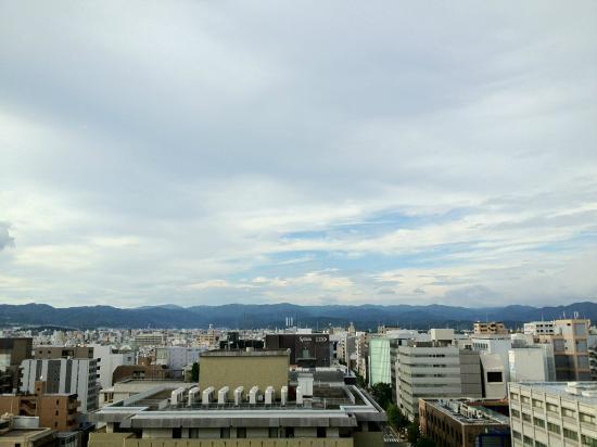 Hotel Monterey Kyoto: 13Fスパのラウンジからの北山方面の景色。