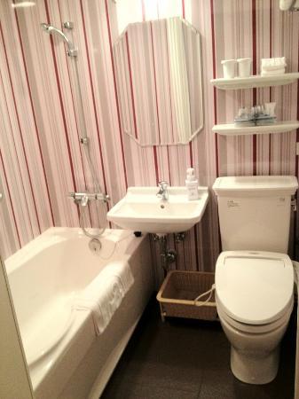 Hotel Monterey Kyoto: 狭くなく、綺麗なバスルーム。部屋と段差がないのも良い。