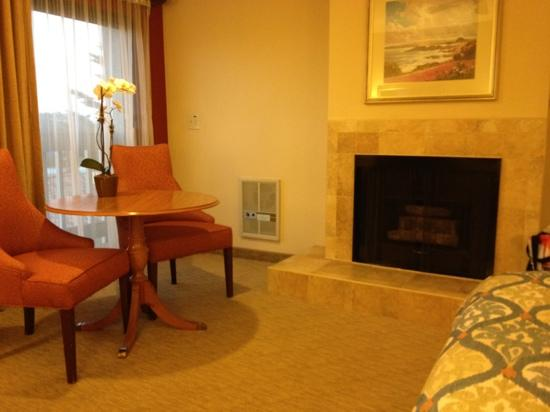 Best Western Plus Monterey Inn: very nice seating/fireplace area