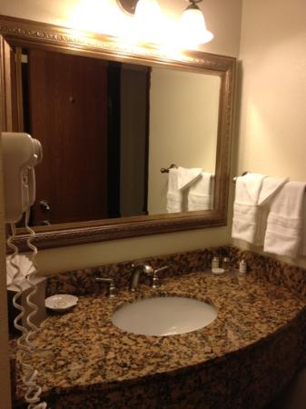 BEST WESTERN PLUS Monterey Inn : separate vanity from bath/toilet