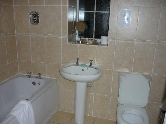 Oriel Country Hotel & Spa: our spotless bathroon