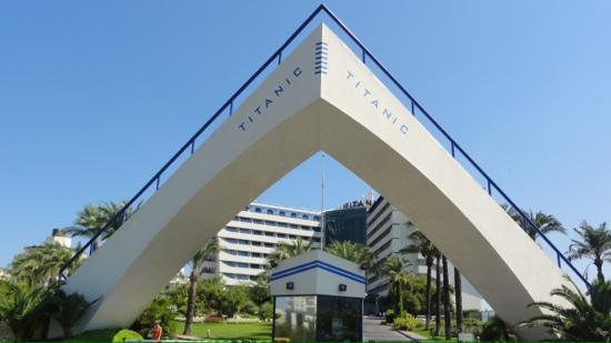 Titanic Beach Lara Hotel: Entrée de l'hôtel