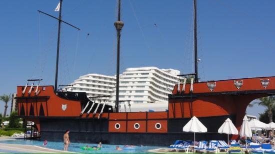 Titanic Beach Lara Hotel: Bateau pirate