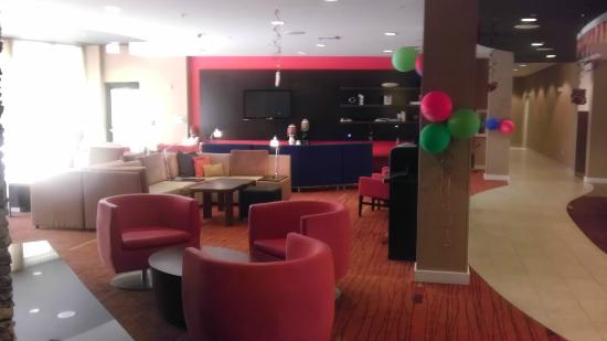 Courtyard by Marriott Sacramento - Folsom: Nice and cozy area to hang out, maybe watch the game?