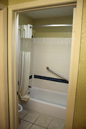 Travelodge Inn & Suites San Antonio Near Fort Sam: Bathroom