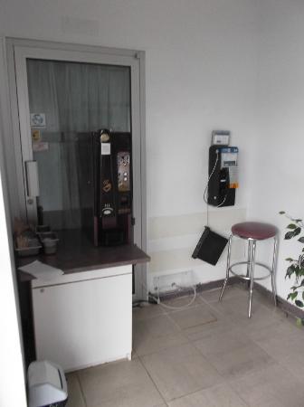 Motel Econo-Nuit: Espace café et téléphone au 30 août 2012.