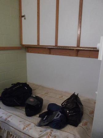 Motel Econo-Nuit: Lit double et lit superposé dans le mur au 30 août 2012.