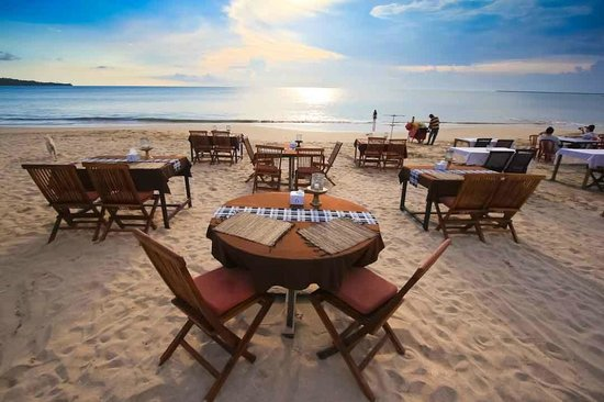 Dena's Cafe : tables on the sand