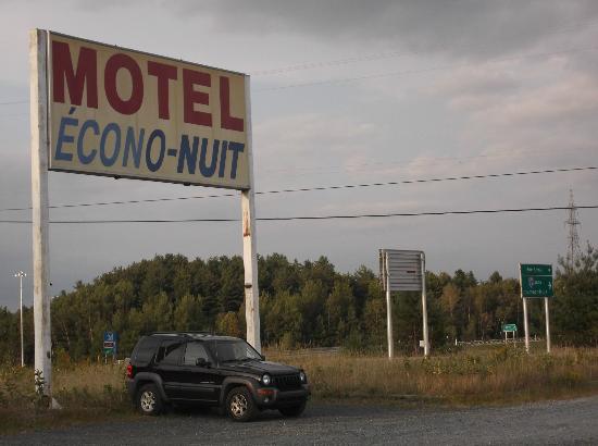 Motel Econo-Nuit: Enseigne très visible de la sortie de l'autoroure 55.