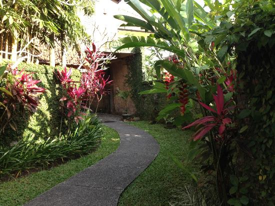 Tunjung Mas Bungalows and Resort: Hotel gardens