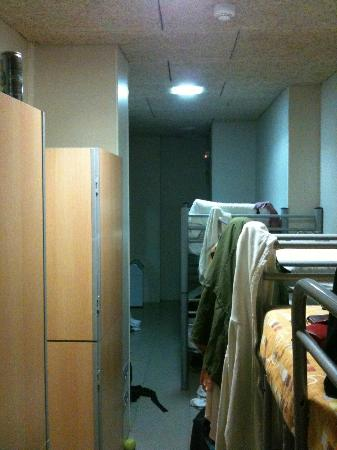 Be Sound Hostel: Tiny gap between bed and Lockers