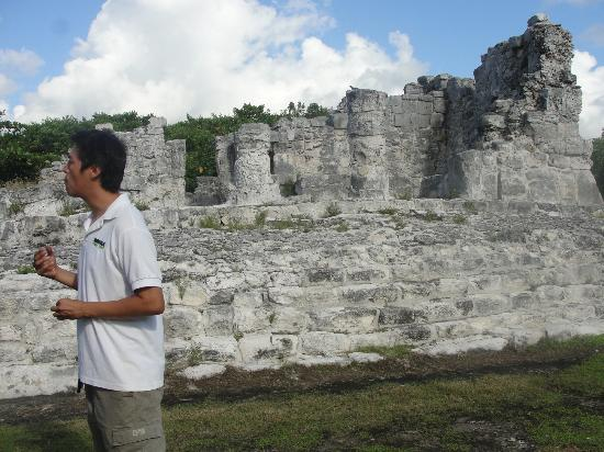 Hummer Jungle Tours: Merak our guide explaining the history of the ruins