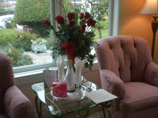 Seven Gables Inn: 25th Wedding Anniversary. Roses and chocolate truffles in room when we arrived.