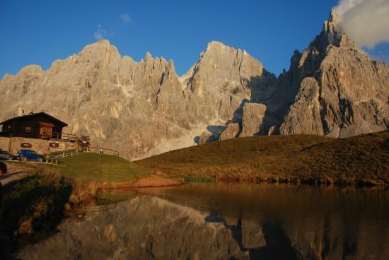 Albergo Vezzana: Baita Segnatini al tramonto