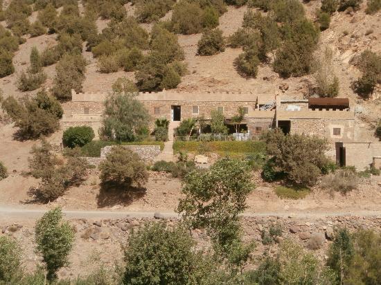 Ijoukak, Morocco: le gîte vu de la montagne en face