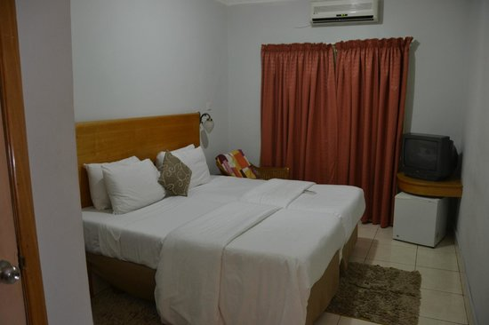 Airside Hotel: Room 215 - Two single beds, with twin linens on each. Very clean