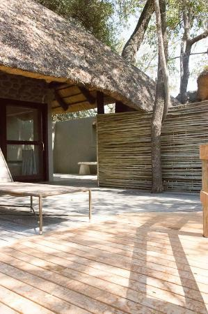 Londolozi Founders Camp: deck, with outdoor shower
