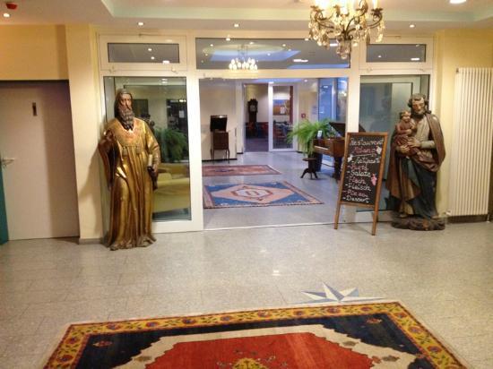 Hotel Königshof Am Funkturm: zona di transito dalla reception alla hall