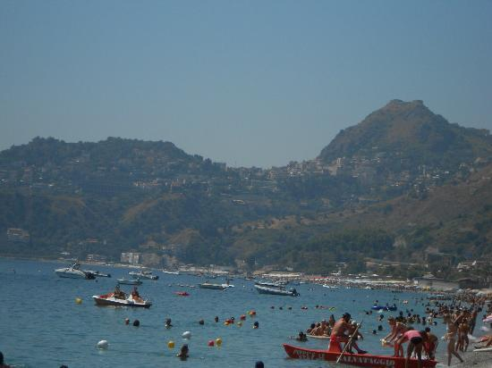 Hotel Albatros: Dalla spiaggia si vede Taormina...