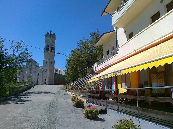 Ristoro Il Cerro: l'entrata del ristoro col Santuario del Cerro sullo sfondo