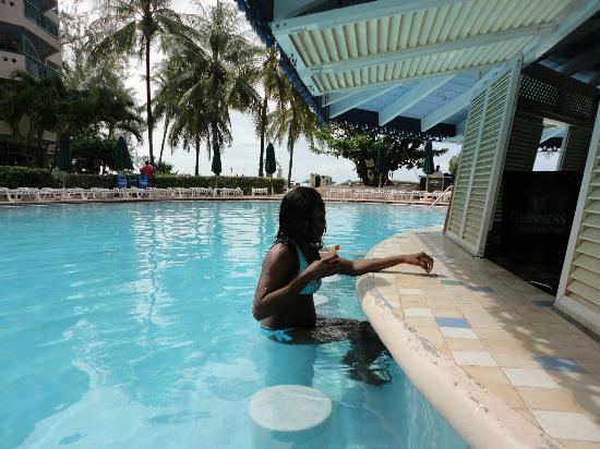 Accra Beach Hotel & Spa: swim up bar at pool