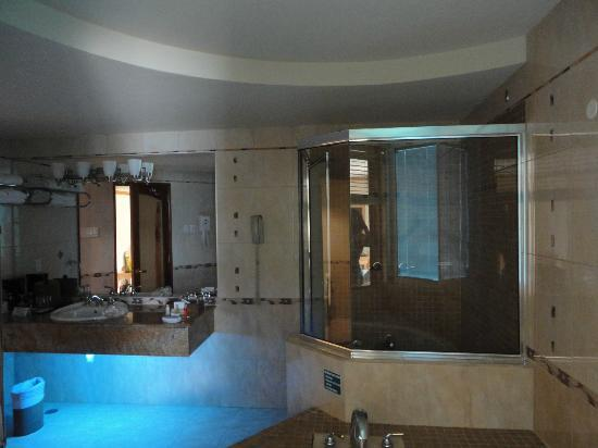 Accra Beach Hotel & Spa: suite bathroom