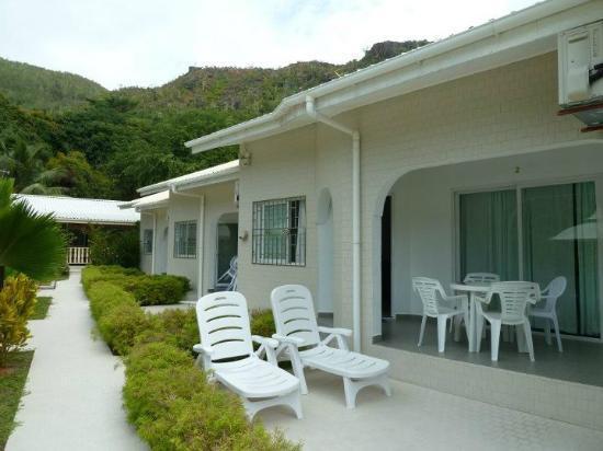 Hide Away Holiday Apartments: Bungalow e giardinetto
