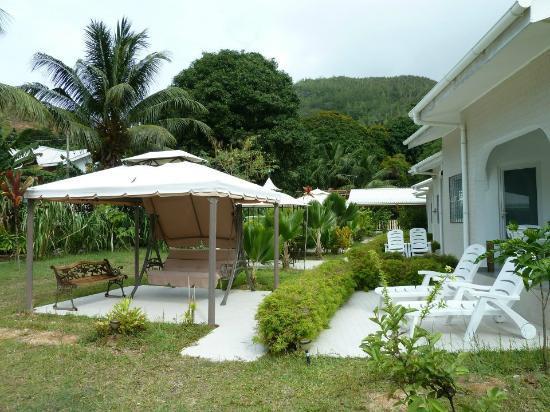 Hide Away Holiday Apartments: Giardino e spazi comuni