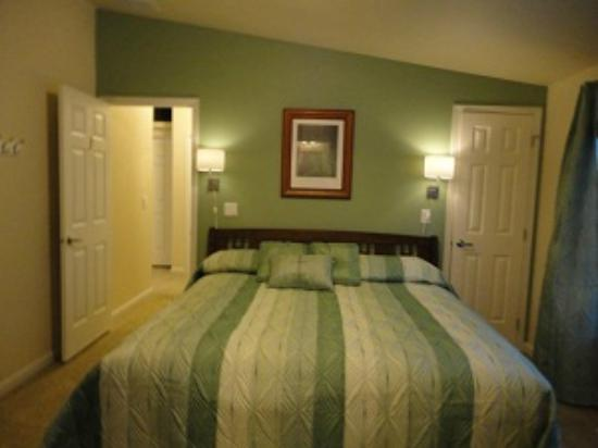 Amber Lights B & B: Green room with king size bed