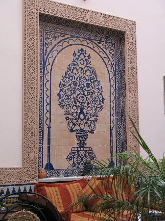 Riad Ahlam : Dans le patio : une déco en zelige
