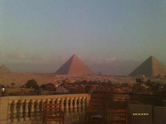 Pyramids Inn Motel: Moring view of the pyramids