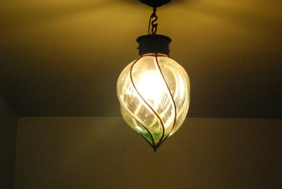 Gold's Bed and Breakfast: Lovely hall light fixture