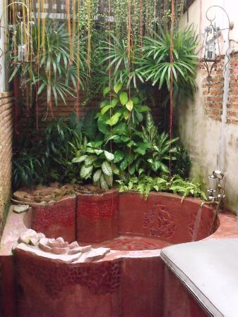 ‪أولد كابيتال بايك إن: Outdoor tub in the Rose Suite