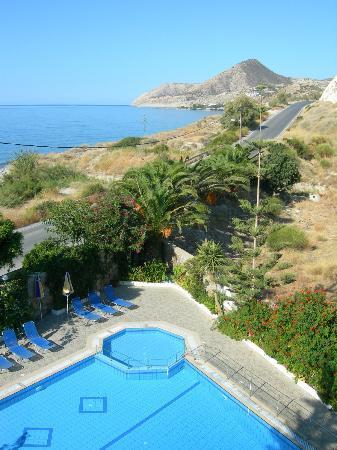 Sarikampos Beach Hotel: Looking towards Mirtos
