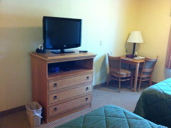 Comfort Inn Lancaster County: Dresser, TV and Desk