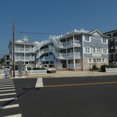 Heritage Inn: Walking across the street from the beach