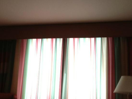 Sheraton Toronto Airport Hotel & Conference Centre: sunlight through the curtains in the morning