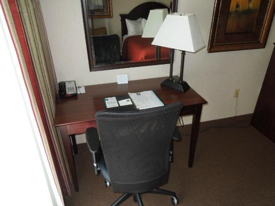 Quality Inn & Suites Conference Center: Room has a desk and rolling chair